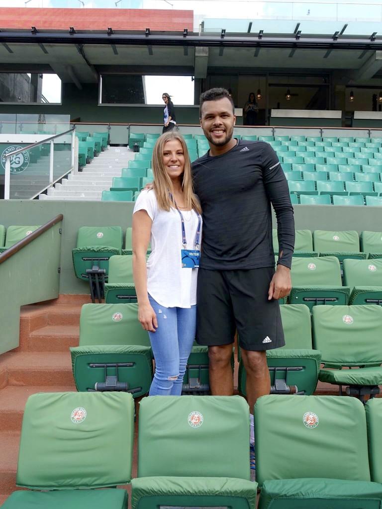 Tennisspieler und Frau auf der Roland Garros Tribüne