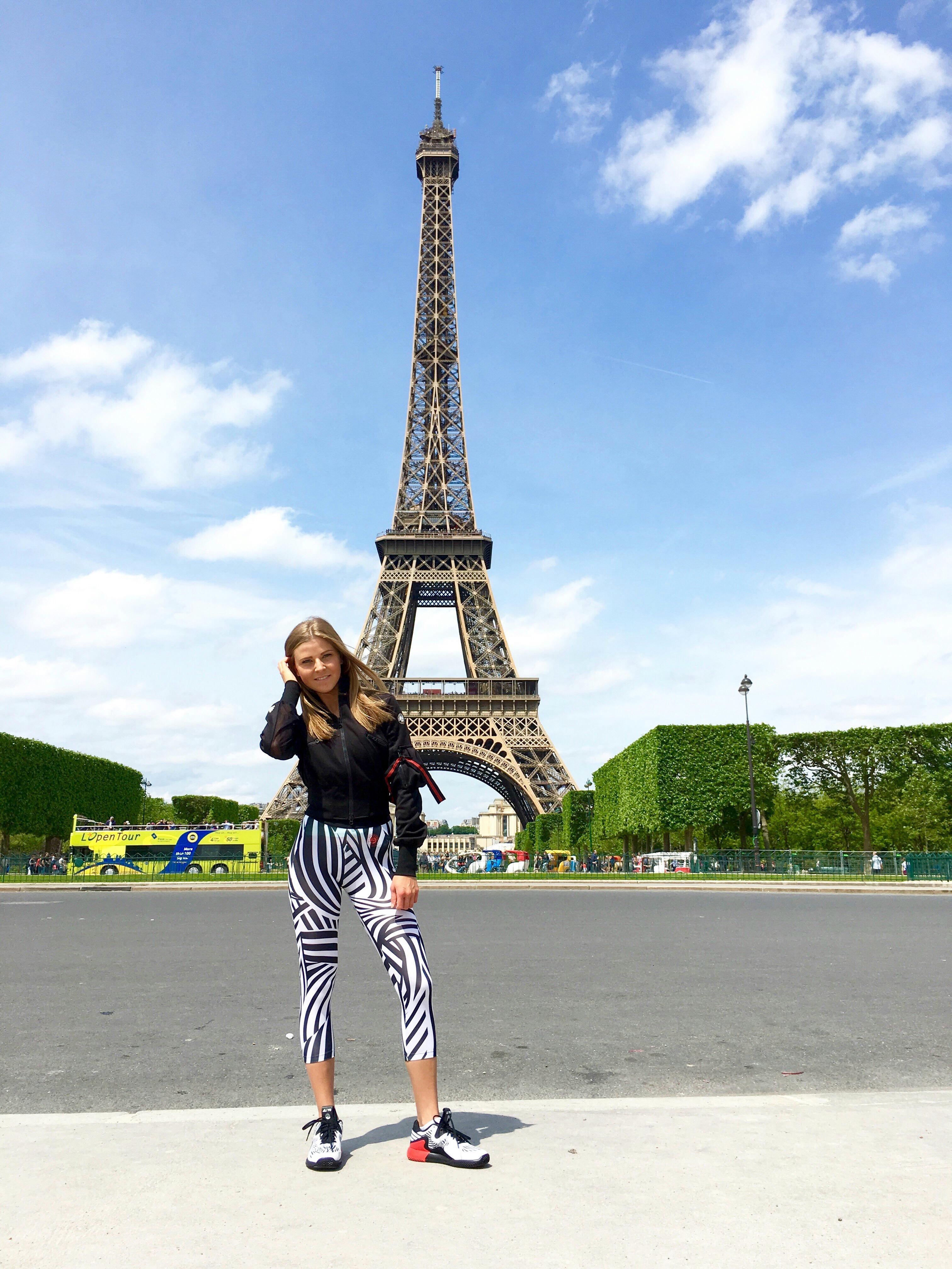Frau vor Eiffelturm
