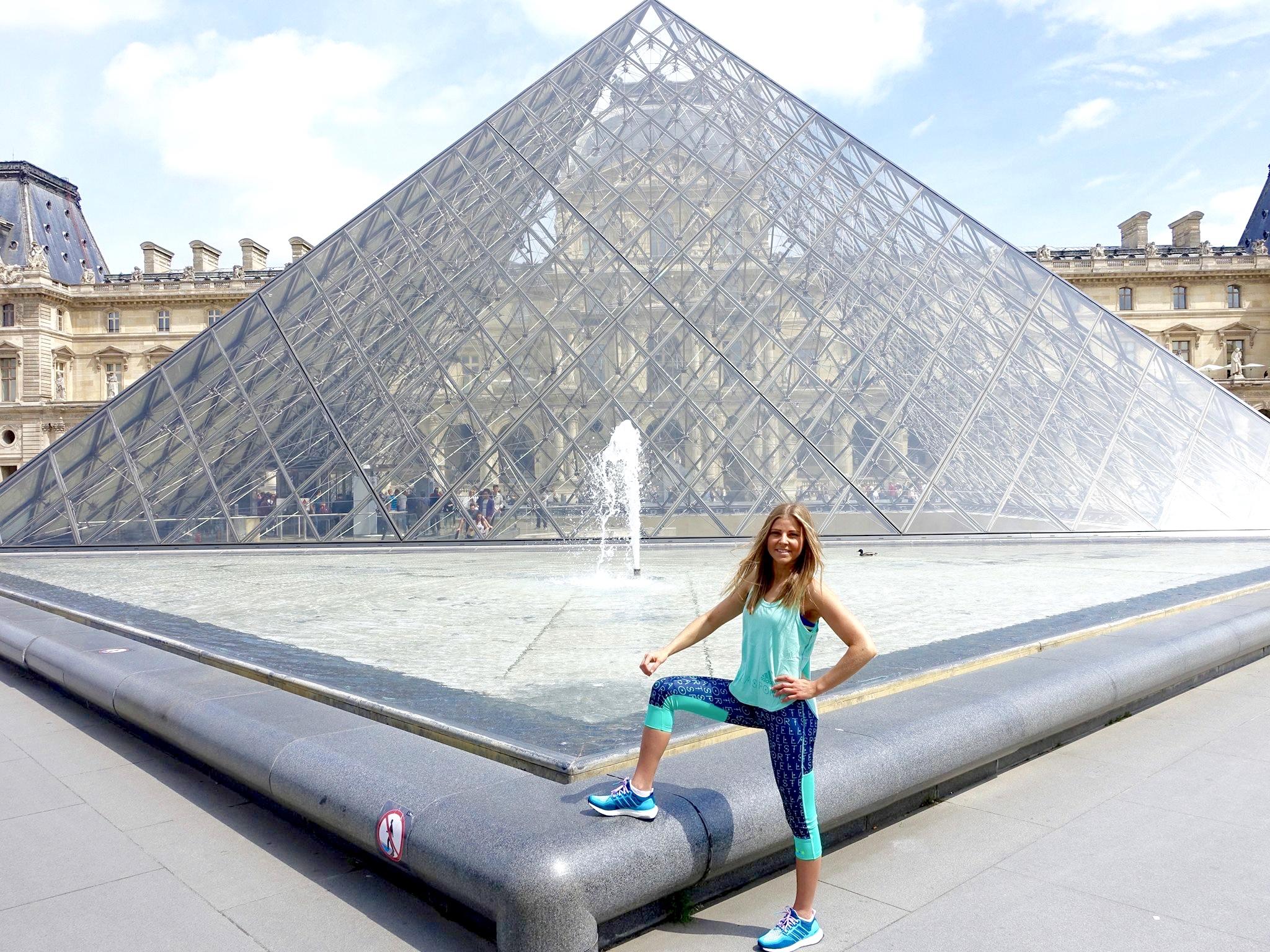 Frau vor Louvre